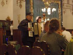 満席の店内では、チェコで有名な小説キャラクターの兵士シュベイクに扮したおじさんが歌とアコーディオンの生演奏を提供してくれます。  このシュベイクおじさんがとても優しくて、帰り際に向こうから一緒に写真を撮ろうと言ってくれました。 市民会館地下のレストラン、料理もおいしいしオススメです。
