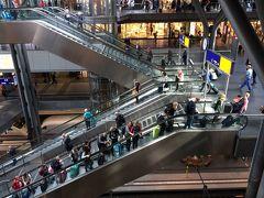 9/22(金)午後。 ベルリン中央駅は、大きくて吹き抜けになっているので、地下の電車も見ることが出来ました。  私がニュルンベルクから乗ってきたICEは地下ホーム(Berlin Hbf(tief))に到着しましたが、地上2階ホーム(Berlin Hbf)に到着するICEもあります。