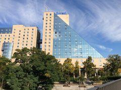 Sバーンの電車を乗り継ぎ、ホテル最寄りのゾンネンアレー駅へ到着。 駅からは徒歩約5分。 宿泊するホテルに到着しました。 大型ホテルです。  ホテル:エストレル ベルリン