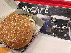 PM5:30。 3人ともちょっと重たい気持ちになりながらベルリン東駅(オストバーンホフ)に着きました。  マクドナルドがありました。 なかなか海外でマクドナルドに入ることはないし、小腹も空いたのでマラソンエキスポに行く前にひと休みすることにしました。  試しに1個を買って3人で分けました。 お肉も大きくてしっかりした歯ごたえ、味も美味しかったです。 4.39ユーロ。
