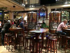 PM9:30頃。 レストランがまだやっていてホッとしました。 ドイツ料理のレストランには大きなビールのタンクがありました。  レストラン:リンデンブロイ