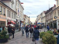 路面電車g来た道をずっと歩いて左折すると、歩行者天国のブランデンブルク通りに着きました。 ここは人も多くて、美味しそうなお総菜のお店やレストランなどがいろいろありました。