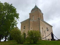 少し歩くとスオメンリンナ教会が見えてきました。航空と海上交通用の灯台として、特別に造られたものだそう。