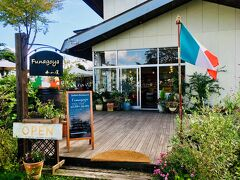 レストラン「舟小屋」 オフシーズンなのにここだけは人がいます。 確かに湖畔のレストランは魅力的。