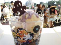 14:20  そう言えばランドでハロウィンメニューを食べてないのを思い出し、アイスクリームコーンでハロウィーンサンデー(紅茶ゼリー&バニラアイスクリーム)500円を。  「スーベニアカップはどうされますか?」と聞かれて、ついつい「お願いします♪」って言っちゃいました。  プラス360円。。。(。-∀-)