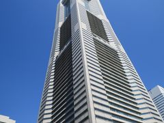 横浜ランドマークタワー  横浜ランドマークタワーは、横浜みなとみらい21の中核を担っている超高層ビルで、オフィスのほかホテルやショッピングモールなどからなる複合施設。 三菱地所が保有していて、1990年3月20日に着工され、1993年7月16日に開業しました。 70階建て、高さ296.33mで日本で2番目に高いビルです。