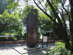 鉄道発祥記念碑  1872(明治5)年、イギリス人技師モレルの尽力で横浜-新橋間に日本最初の鉄道が開通。 当時の横浜駅は今の桜木町駅あたりにあった。