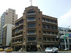 度小月担仔麺のすぐそばに、林百貨店があります。 レトロなビルで、台湾初のエレベータのある百貨店とか… 登りしかエレベータは使えません。