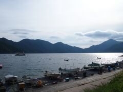 中禅寺湖では釣りをしてる方も見られました。