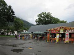 華厳の滝周辺も有名な観光地だけあって土産物屋が沢山