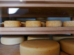 アトリエ・ド・フロマージュも以前のさえない(おっと失礼)店舗から きれいになっていました。チーズ以外にピザ(それもミニピザまで)や 地ビールなどいろいろと売っていました。