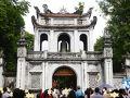 文廟門の門前はスゴイ人だかりができています 向かって右側には成功と幸福の象徴、登り龍、左側(右門と書かれています)には権力の象徴として虎のレリーフが飾られています