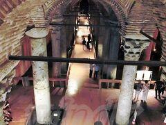 【イスタンブール地下宮殿(Basilica Cistern)】 世界遺産(イスタンブール歴史地区として)  現存する東ローマ帝国時代のものとしては最大の貯水槽。 元々は地下宮殿として建てられ…と言いたい所ですが、名前とは裏腹に、完成当初から現在に至るまで過去一度も宮殿だったことはありません!!  「じゃあ、なんで宮殿って言うんだろうね」 「宮殿っぽいからじゃね?雰囲気。それに地下貯水池より【宮殿】の方が観光客集まりそうじゃね?」  ゴ━━━━(激゚Д゚怒)━━━━ルァ!! (↑読者の気持ちを絵文字で表現(笑))
