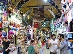 【グランドバザール】  1455年から1461年にかけ、オスマン帝国皇帝のメフメト2世の命により建設。16世紀のスレイマン大帝の時代に大幅に拡張され、1894年の地震で損傷したが修復されて現在に至る。  広さ30,700平方メートルで、66の街路、4000の店舗があり、 以前はバザール内に5つのモスクが存在したが、現在は2つのみが残っている。(wikipediaより抜粋)  4000の店舗に2つのモスクて。(しかも昔は5つ) もはや町。ってな感じの巨大屋内市場。
