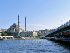 【イェニ・ジャーミー(Yeni Camii)とガラタ橋】  先日ボスポラス海峡クルーズに乗った時にお届けしたガラタ橋付近に再度行ってみました。( https://4travel.jp/travelogue/11289030 )  この橋を境に、イスタンブールは、アジア側(旧市街)とヨーロッパ側(新市街)に別れているという話をした、あの橋です。 2層式?になっとりまして、上は普通に車とか人とか(トラムも)通る普通の橋、下は庶民の食堂みたいな所~あきらか高級っぽいレストランなんかがたくさん入っております。  【イェニ・ジャーミー】は、左側に写るモスク。 『新しいモスク』という意味で、17世紀後半に完成したモスクです。