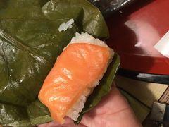 奈良といえば…柿の葉寿司を食べねばと、ランチにいただきました。