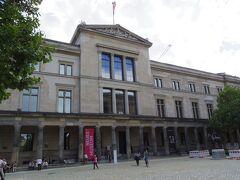 さて、次は Neues Museum(新博物館) に入ります。  その前に、もう16時半をまわったのに昼食も食べていないのでお腹すいた~ 外にあった売店も、食べ物は売り切れ。 でも、18:00に、ここは閉まってしまいます。カフェテリアがあるみたいなので、とりあえず入ります。