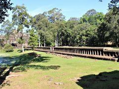 この長い渡り廊下の先に寺院跡が見える