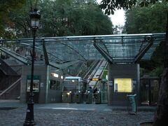 ヴェルサイユ宮殿を早めに引き上げ、確りと休養を取った旅行三昧は、翌朝7:30にモンマルトルの丘を上るフニクレールの麓側の駅に居た。  フニクレールは地下鉄などのチケットと同じチケットが使えるため便利。