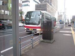 仕方がないので、別途運賃を払って、まずは小樽まで向かいます。  札樽の高速バス、経由ルートによって、大通ターミナルを経由しないのでご注意下さいね。ここでは時計台前まで歩きました。