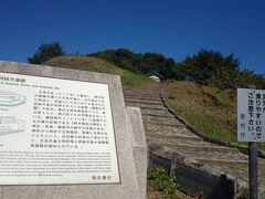 そんなこんなで、まずは天武・持統天皇陵。 宮内庁管轄で、折角の古墳も中に入れずしょんぼり。  まぁでもキトラ古墳も中には入れないんだよなぁ……。