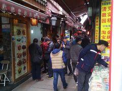 北大街という通りにはお店が立ち並び、中国らしいお菓子がいっぱい。 観光客でにぎわっていました。