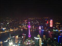 料金は最上階の100階までだと180元(約3,000円)と高め。 まあでもスカイツリーも似たようなものだし、人生の中で上海に来る機会なんてそうそうないと思ったので。  さっきまで見上げていた東方明珠電視塔(途中が球状のタワー)がこんなに下に…。