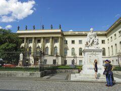 ドイツ歴史博物館を退散して、ブランデンブルク門ン向かって歩いて行きます。  フンボルト大学ベルリンです! 大学グッズを中で売っていると案内がありました。見てみたいけれど、行くべきところに行きつかないので我慢。