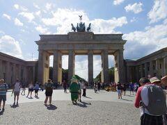 マダムタッソー館を出ると、すぐブランデンブルク門  やはり、この門を見ると感激します。