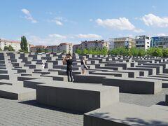 ブランデンブルク門から南へ歩くとすぐ、Memorial to the Murdered Jews of Europe 虐殺されたヨーロッパのユダヤ人記念碑があります。