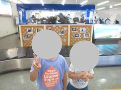宮古空港に到着しました。 荷物の受取所にて。  熱帯魚の水槽が出迎えてくれます♪