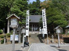 最後は「大物忌神社吹浦口の宮」に参りました。 こちらは「下拝殿」です。 この左脇にある階段をのぼった先に拝殿及び本殿があります。 徒然草「仁和寺にある法師」みたいに、麓だけ見て帰ってしまいそうですね。