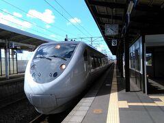 二日目  加賀温泉駅から金沢駅に向かいます。 通過する電車をパシリッ! ちょっと撮り鉄の気分。