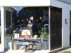 ひがし茶屋街の入口にある「箔一」に寄ります。  金沢は金箔で有名なので、お手頃なお土産を探します(*^_^*)