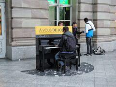 駅に着くと、ピアノを弾く人が。 何度も通っていたのに、気がつかなかった。 誰でも弾けるってこと?こういう発想が素晴らしい!