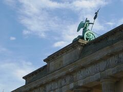 まずは、昨日歩いたルートを通ります。 ブランデンブルグ門を回り(通り抜けられない)、ドイツ連邦議会議事堂に向かいますが、