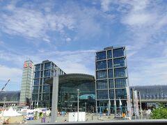 ベルリン中央駅 ドレスデンから到着して、乗り換えた駅です。