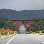 この鳥居を車で通り、羽黒神社に向かいます。