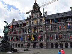 世界各国の旗が掲げられた市庁舎を見ながら街歩きを再開。この地方では珍しいイタリア様式で、さらに「フランドル地方とワロン地方の鐘楼群」の一つとして世界遺産に認定されている。