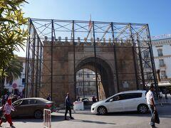 メディナ(旧市街)の入り口、フランス門はメンテナンス中のようです。