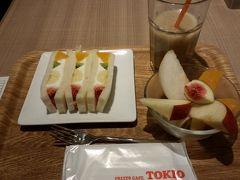 おやつはイムズ地下の「TOKIO」にて。平日は15時までランチタイム。 フルーツサンドセット1000円にします。飲み物はコーヒーか紅茶かフレッシュジュース。私はジュースに。  サンドイッチは甘くない生クリーム入り。フレッシュフルーツが美味しいです。