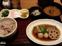 博多駅まで戻り、東急ハンズをウロウロし、阪急もウロウロし。  夕食は博多駅地下一番街の「百菜 旬」にて。カレイの煮つけ。みそ汁はちょっと濃かったけれど、他の味は美味しかったです。1000円程度でした。  1日よく食べました。ヘルスメーターが怖い、でもせっかく福岡まで来たんだから美味しいもの食べなくちゃね。来月もまた、美味しいもの食べに来ます。そろそろふぐの季節かな?