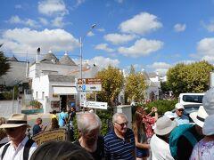 アルベロベッロ観光開始は、旧市街地の入り口駐車場から始まった。  ここまで船の用意したツアーバスで運ばれた。駐車場から三角屋根の街まで歩いて行った。