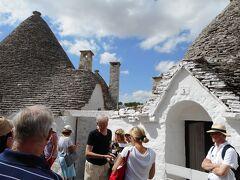 街に丸い三角屋根の建物が集まって残っている所。  観光地のお土産店に代わっている家が増えている。