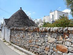 三角屋根の地区から離れると、段々近代的な四角い建物に建て替えられていることとなる。