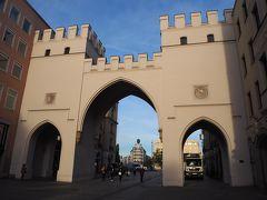 カールス門。目の前の広場はカールス広場となっている。 ここから新市庁舎まで、ノイハウザー通りというショッピングエリアに入る。