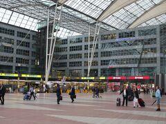 ミュンヘン空港の外側。 空港を出た瞬間に見えたのはバスロータリーやタクシーではなく、広大な広場とスーパー。 写真左側にあるEDEKAでお買い物。 (この時点で気温は13℃であり、日本との気温差は約15℃!)