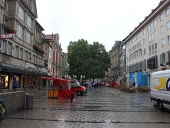 ミュンヘンの目抜き通りをいえばこのノイハウザー通りだろう 両側にはブランドショップやレストランなどが軒を連ねる石畳の大通り・・・のはずが朝10時の段階ではほとんど人はおらず