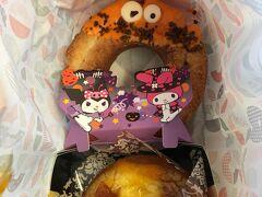 新大阪までの旅のお供は、ミスタードーナッツ。 ハロウィン仕様です。 オールドパンプキンのザックル162円 クレームブリュレドーナツパンプキン194円  どちらも新発売・期間限定。 福岡県民の心をくすぐります。