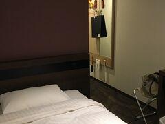 憂鬱な研修は終わり、今日のお宿はメルパルク大阪です。  シンプルな部屋です。 何となく狭い。